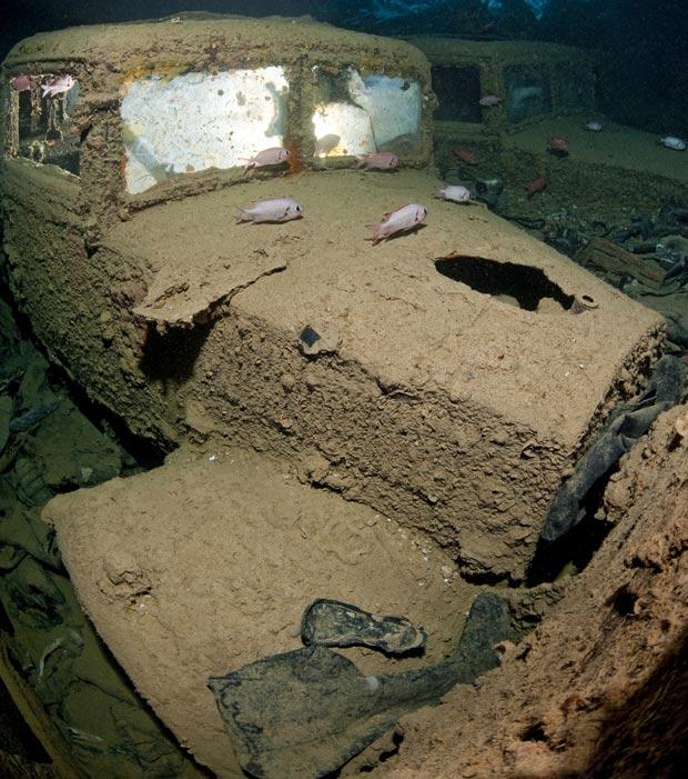 Mergulhador destroços 3 (Foto: Alexander Mustard / Solent News)