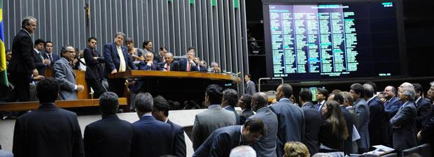 Plenário da Câmara durante sessão de votação do reajuste do salário mínimo (Foto: JBatista / Agência Câmara)