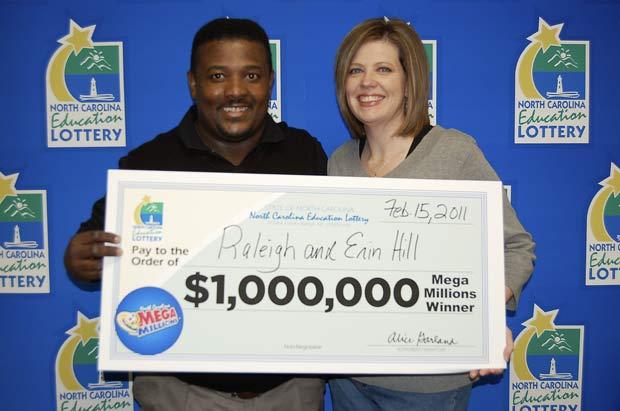 Raleigh Hill foi com sua mulher, Erin, retirar o prêmio na terça-feira. (Foto: AP)