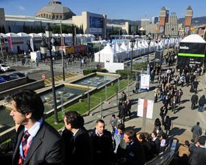 Participantes chegam ao Fira Barcelona, em Montjuïc, onde acontece o evento (Foto: Manu Fernandez/AP)