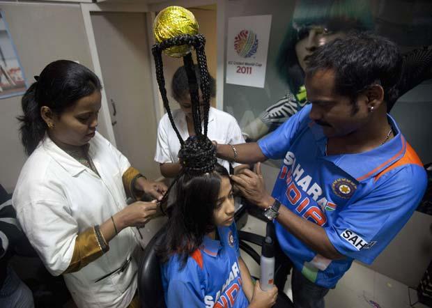 Fá do críquete, Rajna Pandit, de 22 anos, fez na última quinta-feira em Mumbai, na Índia, um penteado que lembra o troféu da Copa do Mundo. (Foto: Danish Siddiqui/Reuters)