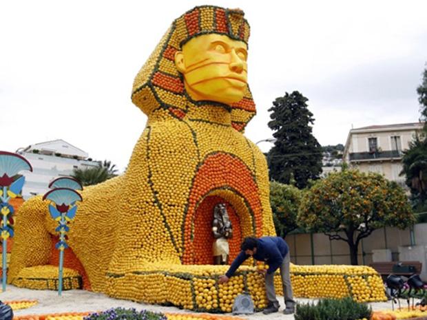 Escultura reproduz a Esfinge egípcia. O tema da 78º edição da festa, que vai desta sexta até 9 de março, são as grandes civilizações. (Foto: AFP)