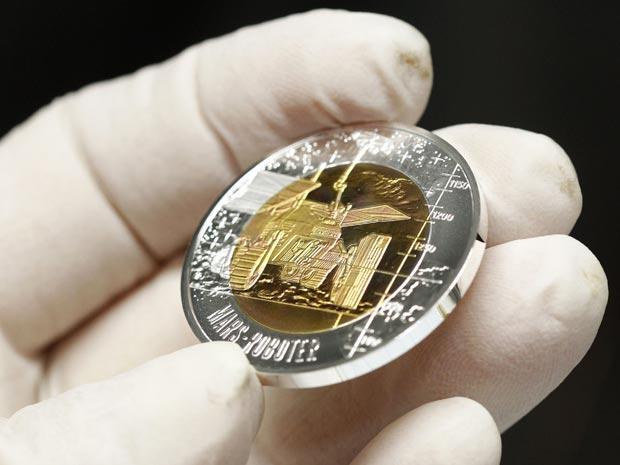 A casa da moeda austríaca – Muenze Oesterreich – apresentou nesta quinta-feira (17) as moedas especiais Robotik. Fabricadas de prata e nióbio, as novas moedas serão emitidas a partir do dia 16 de março (Foto: Reuters)