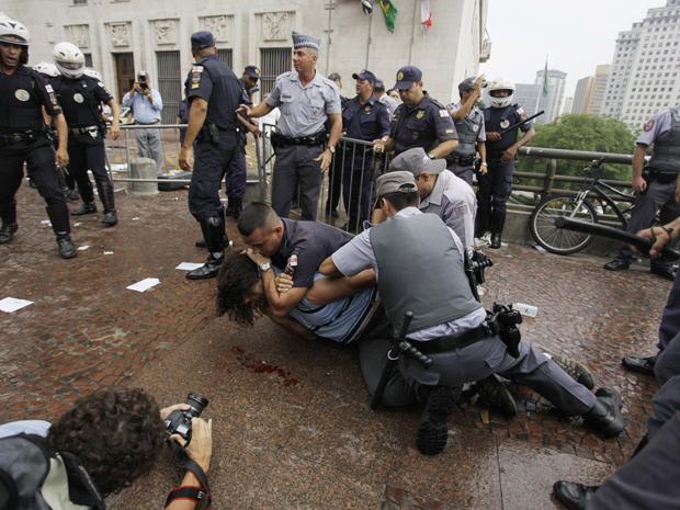 Manifestantes entraram em confronto com PMs (Foto: Nelson Antoine/Foto Arena/AE)