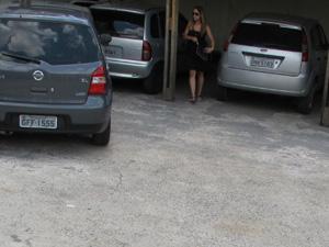 Valéria chega a delegacia com parentes (Foto: Paulo Toledo Piza/G1)