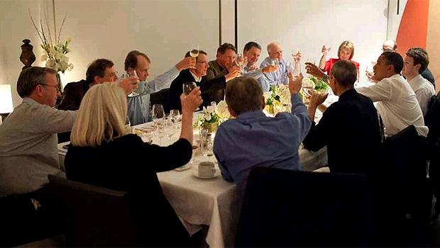 O presidente dos Estados Unidos, Barack Obama, jantou com líderes de empresas de tecnologia, em San Francisco, na noite de quinta-feira (17). À esquerda de Obama está Steve Jobs, presidente da Apple que está em licença médica da empresa. À direita do pres (Foto: Divulgação/Casa Branca)