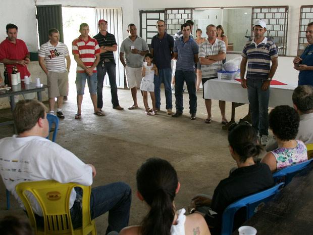 Reunião na sede social de Nova Santa Rosa; construída com dinheiro dos moradores. (Foto: Hugo Harada/Gazeta do Povo)