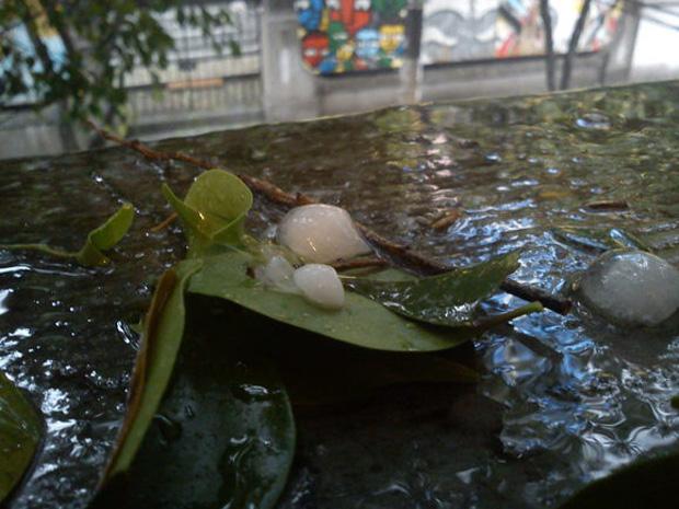 Chuva de granizo no bairro da Liberdade em São Paulo (Foto: Adriano Santana/VC no G1)
