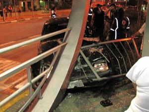 Carro invade ônibus na Avenida Nove de Julho (Foto: Marcelo Ferraz do Amaral Brammer/VC no G1)