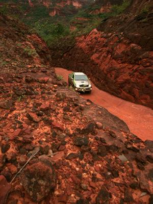 Estrada em meio aos 'paredões' de rocha para chegar a Nova Santa Rosa: acesso difícil. (Foto: Hugo Harada/Gazeta do Povo)