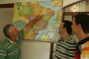 Seu Ari mostra no mapa região em que o filho Wilson mora com a família, no Piauí. (Foto: Hugo Harada/Gazeta do Povo)