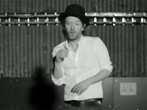 Thom Yorke no clipe de 'Lotus flower' (Foto: Reprodução)