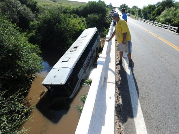 Ônibus perdeu controle e caiu em arroio sob rodovia no RS (Foto: Lauro Alves/Zero Hora/Ag. RBS)