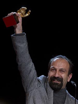 Asghar Farhadi recebe o Urso de Ouro (Foto: AP)