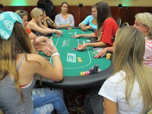 Mulheres participam de torneio de pôquer em São Paulo (Foto: Gustavo Petró/G1)