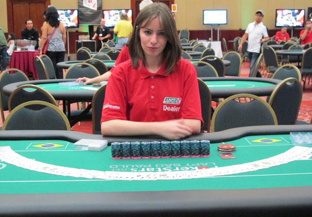 A 'dealer' Camila esperando receber os participantes na mesa em mais uma rodada do torneio de pôquer (Foto: Gustavo Petró/G1)