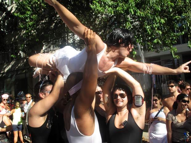 Marmanjos fantasiados de bailarinas executam um desajeitado passo de balé. (Foto: Bernardo Tabak/G1)