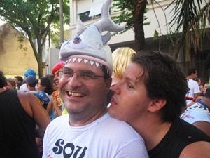 Marcos Wolf curte o bloco com o chapéu de piranha. (Foto: Bernardo Tabak/G1)