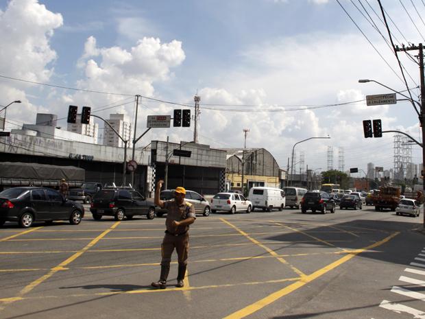 Agente da CET auxilia tráfego em rua com semáforo quebrado na Zona Leste de SP (Foto: William Volcov/News Free/AE)