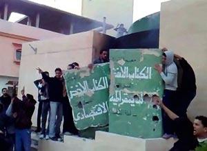 Manifestantes destroem monumento ao livro em Tobruk, na Líbia (Foto: AFP)