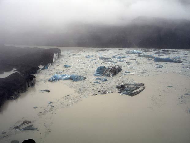 Imagem aérea mostra vários Icebergs que se formaram no lago Tasman devido ao terremoto. (Foto: Denis Callesen/NZPA/AP)
