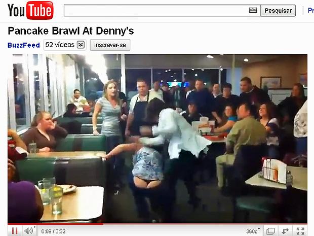 Mulher cai no chão em briga por panquecas no restaurante Denny´s. (Foto: Reprodução/YouTube)