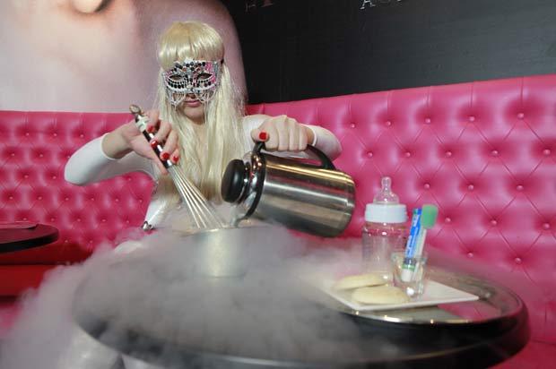 Funcionária prepara o sorvete 'Baby Gaga'. (Foto: Nick Obank/Barcroft Media/Getty Images)