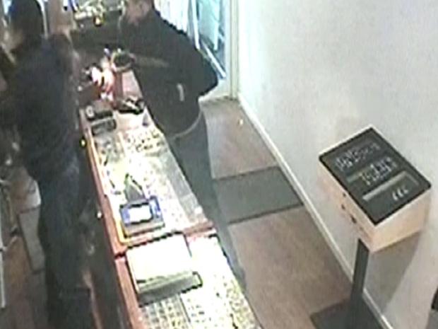 Câmera de segurança registrou o assalto na pequena joalheria inglesa (Foto: BBC)