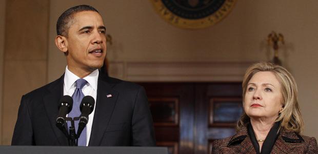 O presidente dos EUA, Barack Obama, fala sobre a Líbia, ao lado da secretária de Estado, Hillary Clinton, nesta quarta-feira (23) (Foto: Reuters)