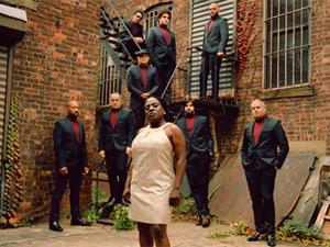 A cantora Sharon Jones à frente da banda The Dap-Kings em foto da capa do álbum 'I learned the hard way' (Foto: Reprodução)