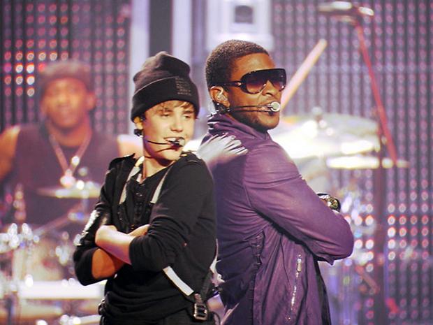 """Justin Bieber com o cantor e """"padrinho"""" Usher em show no Madison Square Garden (Foto: Divulgação)"""