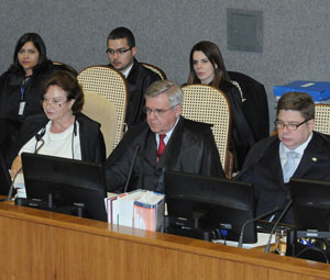 Ministros Nancy Andrighi, Sidney Beneti e Raul Araújo durante julgamento desta quarta-feira (23) (Foto: Moreno SCO/STJ)