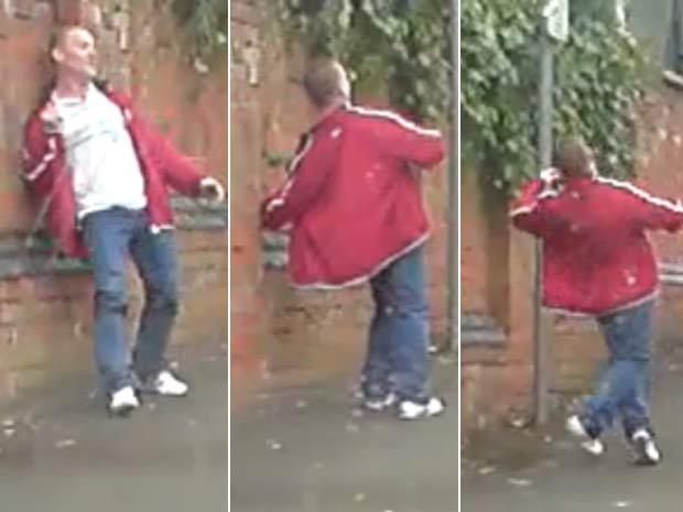 Aparentemente bêbado, homem tenta dificuldades para subir rua. (Foto: Reprodução)