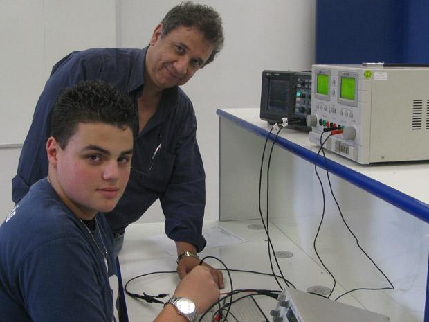Nicolas do Nascimento tem aula com professor de automação, Edson Russo (Foto: Fernanda Nogueira/G1)