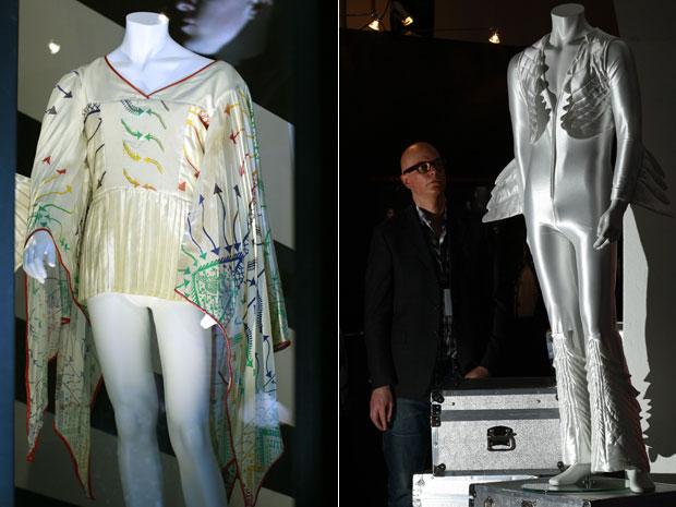 Roupas usadas pelo cantor Freddie Mercury em suas apresentações são mostradas na exibição 'Stormtroopers in stilettos', em Londres. O líder do Queen é tema da mostra, que reúne alguns de seus itens pessoais.  (Foto: Reuters)