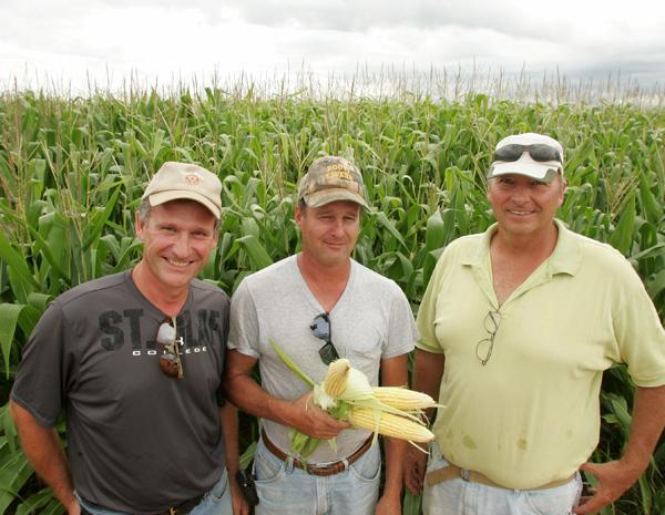 Mike Gretter (de amarelo), ao lado do irmão e amigo: são sócios só vêm ao Brasil para visitar. (Foto: Hugo Harada/Gazeta do Povo)