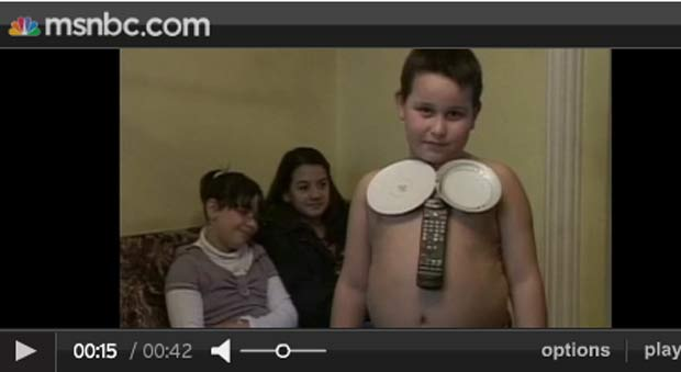 Pratos e taças também parecem se prender ao corpo de Bogdan. (Foto: Reprodução)