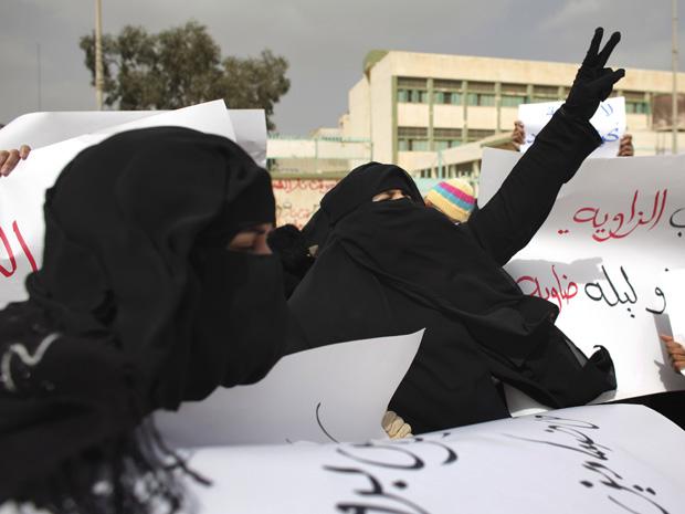 Mulheres protestam contra o regime de Kadhafi nesta sexta-feira (25) na cidade líbia de Tobruk (Foto: AP)
