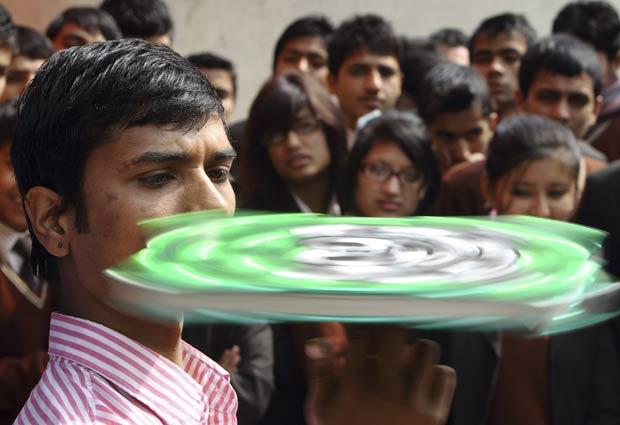 Thaneshwar Guragai girou um livro Guinness sobre o dedo por 30 minutos. (Foto: Navesh Chitrakar/Reuters)