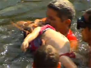 Menina foi resgatada de rio, mas não sobreviveu ao afogamento (Foto: Reprodução/ TV Globo)