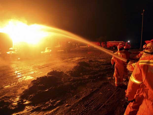 Ataque atingiu comboio com dez caminhões carregados com combustível. (Foto: Mohammad Sajjad / AP Photo)