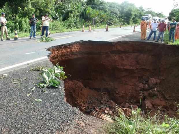 Cratera que se formou na pista da BR-153 (Foto: Divulgação/PRF)