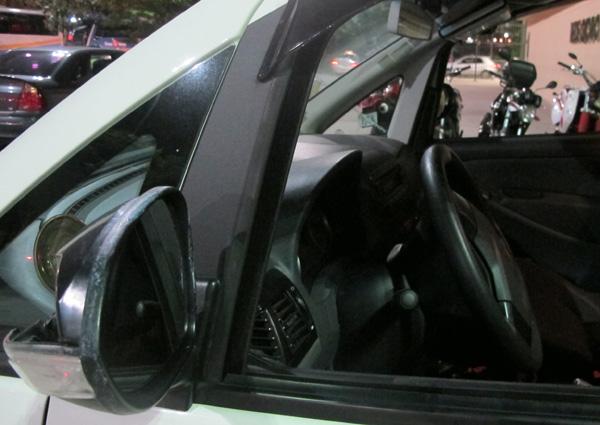 Táxi com retrovisor quebrado em dos 4 assaltos que taxista sofreu nos últimos 40 dias (Foto: Roberta Steganha/ G1)