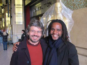 João Jardim, codiretor do documentário 'Lixo extraordinário', e Tião posam para fotos diante de estátua gigante do Oscar (Foto: Gustavo Miller/G1)