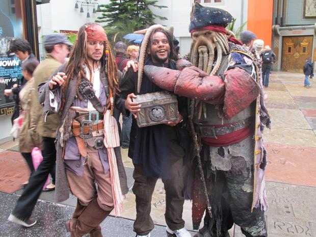Tião brinca com sósias de personagens do filme 'Piratas do Caribe' em frente ao Chinese Theatre, na Hollywood Boulevard (Foto: Gustavo Miller/G1)