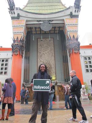 Tião exibe placa de Hollywood em sua primeira visita à terra do cinema (Foto: Gustavo Miller/G1)