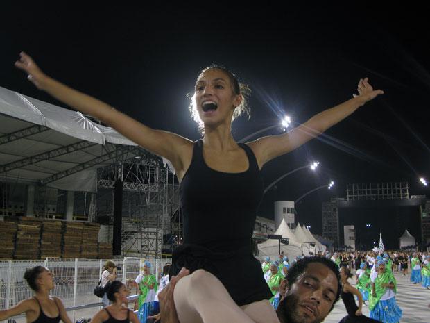 Bailarina de ala coreografada da Unidos de Vila Maria. A escola leva para o Anhembi a história do Teatro Amazonas e conta a história dos artistas que passaram pelo palco do local (Foto: Rafael Italiani/G1)