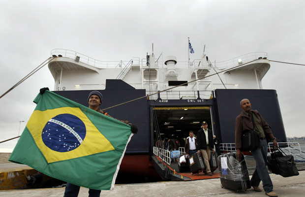 Navio com brasileiros chega a Atenas, na Grécia, após deixar a Líbia (Foto: John Kolesidis / Reuters)