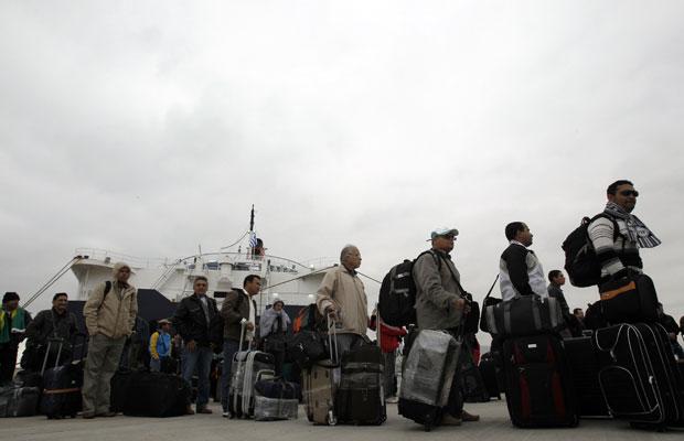 Brasileiros chegam a Atenas, após quase um dia de viagem (Foto: John Kolesidis / Reuters)