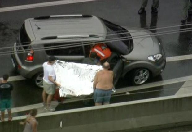 Mulher em trabalho de parto é resgatada por helicóptero da PM em SP (Foto: Reprodução/ TV Globo)